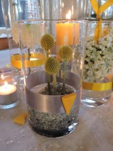 Décoration de mariage dans le Nord, mariage jaune et gris, centre de table jaune et gris, centre de table fleuri jaune et gris